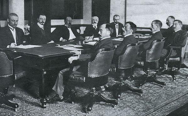 Während der Verhandlungen in Portsmouth (1905), v.l.n.r.: Die Russen (hinten): Korostowetz, Nabokow, Witte, Rosen, Plancon; und die Japaner (vorn): Adachi, Ochiai, Komura, Takahira, Sato. Der große Konferenztisch befindet sich heute im Museum Miji-mura in Inuyama.