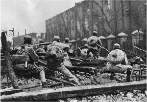 Truppen der 19. Marscharmee bei Straßenkämpfen in Shanghai 1932.